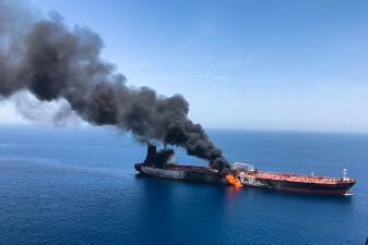 En fotos: dos buques petroleros en llamas en el Golfo Pérsico por un ataque de Irán, según EEUU