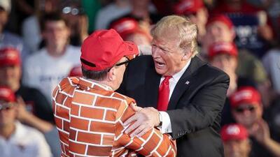 Un fanático de Trump se disfraza de muro fronterizo y el presidente lo llama a su tarima
