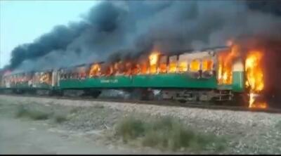 Al menos 73 muertos en un tren que se prendió fuego y siguió su marcha sin parar por 20 minutos (fotos)