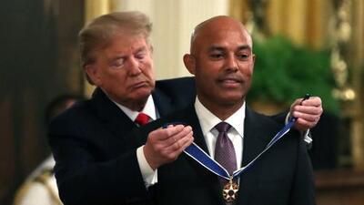 El exbeisbolista panameño Mariano Rivera recibe de manos de Donald Trump la Medalla Presidencial de la Libertad