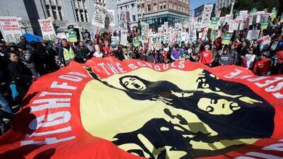 Los 3,000 maestros de Oakland comienzan una huelga indefinida en busca de mejores salarios