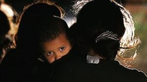 Niños migrantes pasan semanas bajo la custodia del gobierno, incluso cuando sus padres viven en EEUU, según reporte