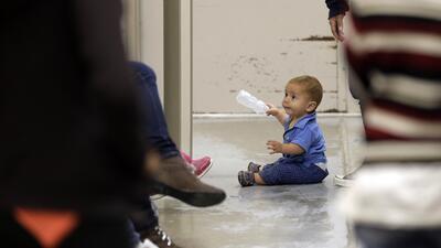 Aprueban millones para atender familias migrantes, aplazan deportación de madre embarazada y más
