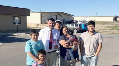 """""""Me quitaron 10,000 libras de mi espalda"""", dice un mexicano que descubrió que podía hacerse ciudadano tras ser deportado tres veces"""