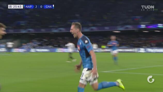 ¡Lleva dos y va por más! Milik remata sin problema en el área para el 2-0 del Napoli