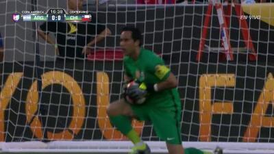 Uyy!! Ramiro Funes Mori dispara y para el portero