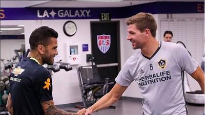 Dani Alves felicitó a Steven Gerrard, FC Dallas va por mexicanos en Champions League