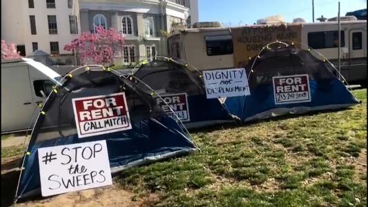 Protestas en Echo Park por remoción de indigentes y limpieza del parque en Los Ángeles