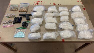 Balacera da lugar a decomiso de drogas, armas, y al arresto de dos narcotraficantes