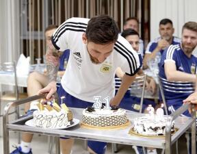 Festejan a Lionel Messi en su cumpleaños 31 con un increíble pastel, de tamaño real