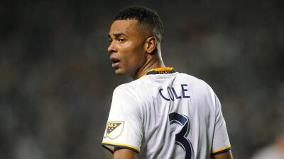 Comité Disciplinario de la MLS multa a Ashley Cole del LA Galaxy por quedarse en el campo tras una tarjeta roja