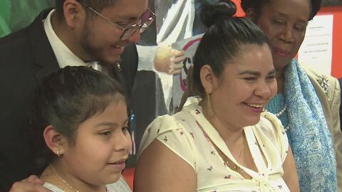 """""""Me siento feliz de estar con mi familia"""": niña salvadoreña tras conocer que su orden de deportación fue cancelada"""