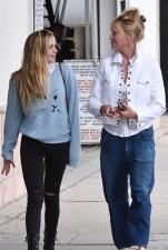 Melanie Griffith de compras con su hija