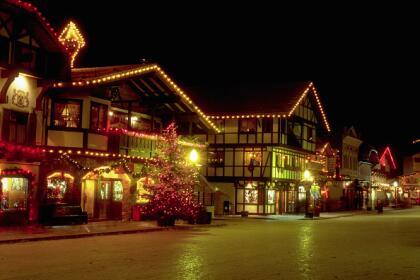 <b>12. Leavenworth, Washington.-</b> Esta ciudad de 1, 995 habitantes se caracteriza por su hermosa arquitectura de estilo europeo, numerosas cervecerías y su gastronomía germano-estadounidense, lo que lo que lo ha convertido en uno de los principales puntos turísticos del estado. <br>