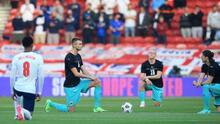 Fans ingleses abuchean a jugadores por arrodillarse en himno