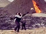 Un grupo de islandeses juega voleibol a un costado de un volcán en erupción
