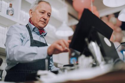 <b>Puesto 6. Cajeros. </b>En EEUU hay alrededor de 1,390,000 de estos empleados y en 2018 ganaron en promedio 24,180 dólares. Estos puestos de trabajo se están perdiendo con la automatización, ya que son sustituidos por cajeros automáticos que toman la orden y reciben el pago del cliente. Aunque el BLS proyecta un crecimiento general del empleo del 7% en todo el país para 2026, se prevé que el número de cajeros disminuya en un 1% en el mismo período.