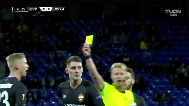 Tarjeta amarilla. El árbitro amonesta a Igor Diveev de CSKA Moscow
