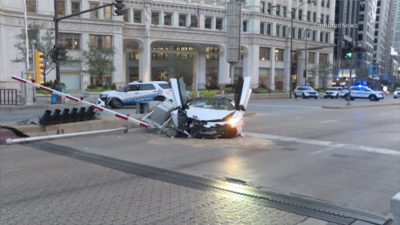 Un Lamborghini se estrella contra un vehículo de la policía en el centro de Chicago