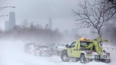 La nieve se sigue acumulando en el área de Chicago y suburbios. Más de 1,000 vuelos cancelados
