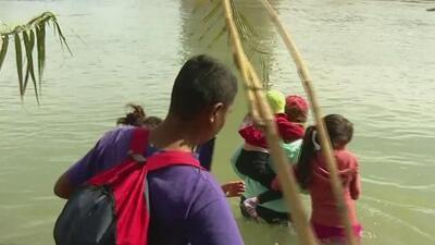 Arriesgándolo todo, estas familias hondureñas cruzan el Río Bravo con sus hijos en brazos