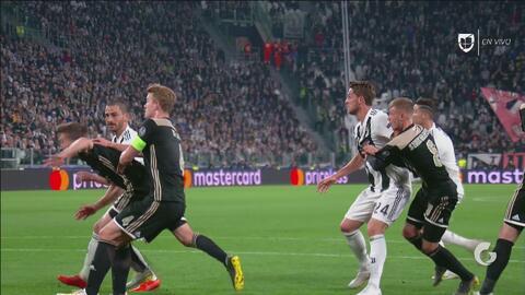 ¡Son del mismo equipo! Empujón entre compañeros derivó en gol de Cristiano