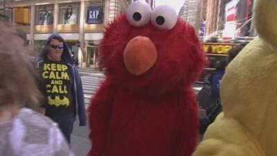 Hombre disfrazado de Elmo es arrestado por manosear a una menor en Times Square