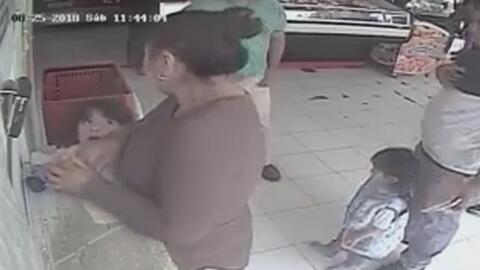 Captan en video cómo una madre usó a su hija para robar las propinas de una tienda