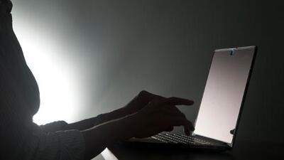 """""""Tú me perteneces"""": agente de Sheriff en Texas es arrestado por acoso cibernético durante años a una niña"""