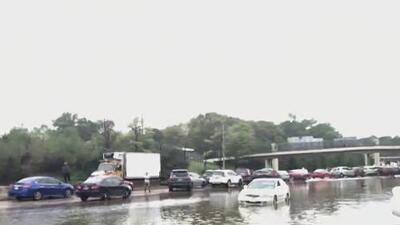 Una larga fila de autos varados y varias inundaciones, el panorama en la Interestatal 10 de Houston
