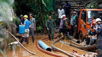 Aprender a bucear o esperar que bajen las aguas: las opciones de los niños atrapados en una cueva en Tailandia