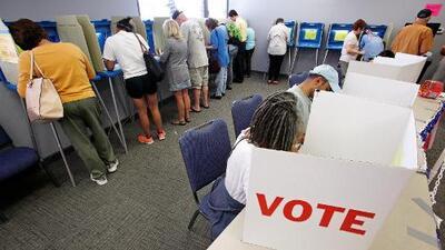 Encuesta exclusiva de Univision revela que casi el 63% de los encuestados piensa votar por el candidato presidencial demócrata