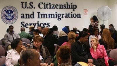Demandan la nueva medida del gobierno que busca negar la residencia a inmigrantes legales que usen beneficios públicos