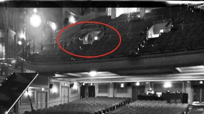 """Artista toma fotos del teatro de Austin y captura """"un fantasma"""" en las imágenes"""