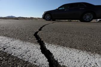 Así se ven las inmensas grietas que dejaron los terremotos en California