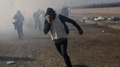El momento en el que la Patrulla Fronteriza lanza gas lacrimógeno a los migrantes centroamericanos
