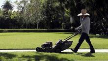 Autoridades de California analizan prohibir el equipo de jardinería que funciona con gasolina