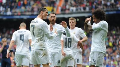 Real Madrid le gana al Valencia y sigue a la caza del título en España