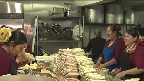 Por comprar tamales mexicanos para esta Nochebuena, decenas esperan entre las largas filas y el frío