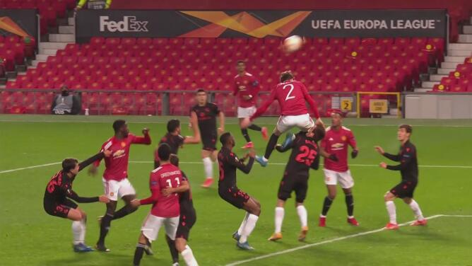 Le anulan gol al ManUnited por terrible rodillazo de Lindelof