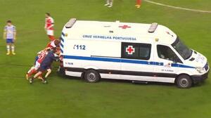 ¡Un empujoncito! Así sacaron a una ambulancia en el Braga-Porto