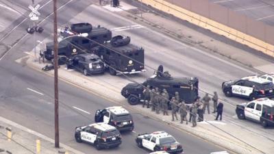Viernes de furia: violenta persecución moviliza a decenas de agentes policiales y deja dos heridos en el sur de California