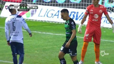 ¡CERCA!. Javier Correa disparó que se estrella en el poste.
