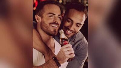 Coca Cola retira publicidad con parejas gay tras críticas homófobas