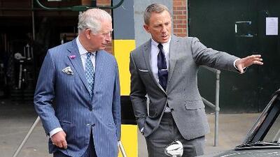 El príncipe Carlos 'obtiene' de James Bond información de un componente clave de sus películas