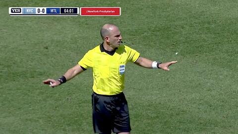 Ismael Tajouri-Shradi quema las redes, pero el gol es anulado por fuera de juego