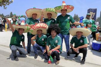 Los mexicanos viven con emoción y alegría el inicio de la Copa Oro en el Rose Bowl