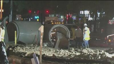 Habilitan el tránsito en la calle afectada por la aparición de un gran agujero en el noroeste de Houston