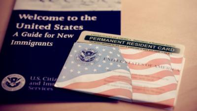 Senadores proponen una reforma migratoria para otorgar a trabajadores agrícolas una 'blue card'