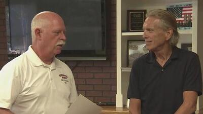 Hombre agradece a bomberos por salvarle la vida un año después de su rescate